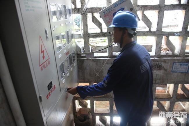 夏季高温停电 电力工人冒酷暑抢修,为居民送清凉